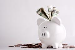 Piggy Querneigung angefüllt mit Geld Stockbild