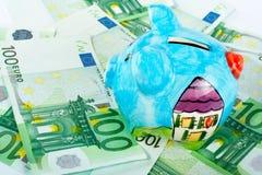 Piggy Querneigung auf Eurogeld Stockfotos