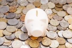Piggy Querneigung auf Münzen Lizenzfreies Stockbild