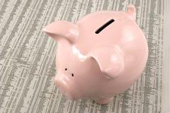 Piggy Querneigung auf Marktbericht stockbilder
