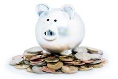Piggy Querneigung auf Stapel der Münzen lizenzfreies stockbild