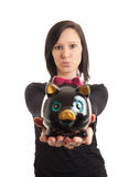 Piggy Querneigung der jungen Frau, die Nahaufnahme darstellt Lizenzfreie Stockfotos