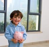 Piggy Querneigung des Jungen stockfotografie