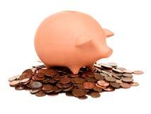 Piggy Querneigung des Lehms auf einem Stapel der europäischen Cents Lizenzfreies Stockbild