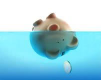 Piggy Querneigung, die in blaues Wasser sinkt Lizenzfreie Stockbilder