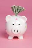 Piggy Querneigung-Geld lizenzfreie stockfotos