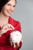 Piggy Querneigung-Münzen-Frau Stockfotos