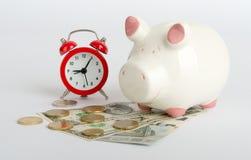 Piggy Querneigung mit Bargeld Lizenzfreie Stockfotografie