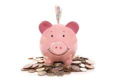 Piggy Querneigung mit britischem Bargeldgeld Lizenzfreies Stockbild