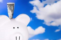 Piggy Querneigung mit Dollarschein Lizenzfreies Stockbild