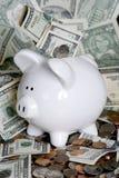 Piggy Querneigung mit Geld Lizenzfreie Stockfotografie