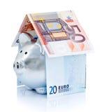 Piggy Querneigung mit Geld Stockbild