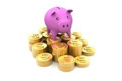 Piggy Querneigung mit goldenen Münzen Lizenzfreies Stockfoto