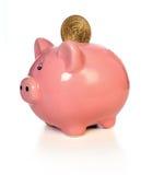 Piggy Querneigung mit Goldmünze Lizenzfreie Stockfotografie