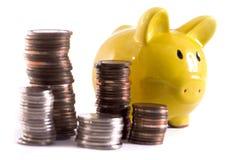 Piggy Querneigung mit Münzen Stockfotos