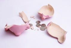 Piggy Querneigung mit Münzen Lizenzfreie Stockfotografie