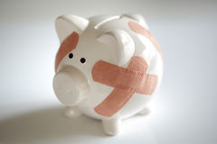 Piggy Querneigung mit Pflastern lizenzfreie stockfotografie
