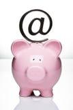 Piggy Querneigung mit an Symbol Lizenzfreies Stockbild