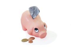 Piggy Querneigung moneybox mit Eurobargeldgeld Stockbild