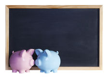 Piggy Querneigung-Paare vor Tafel Stockbilder