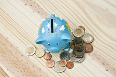 Piggy Querneigung und außer Geld Lizenzfreie Stockfotos