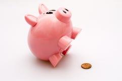Piggy Querneigung und ein Penny Lizenzfreies Stockfoto