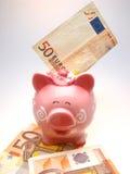Piggy Querneigung und Euro 50 Stockfotos