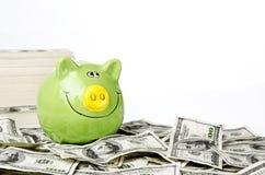 Piggy Querneigung und Geld Lizenzfreies Stockfoto