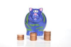Piggy Querneigung und Geld Lizenzfreies Stockbild