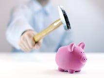 Piggy Querneigung und Hammer Stockfoto