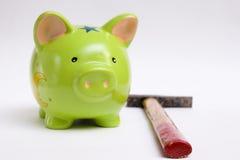 Piggy Querneigung und Hammer Lizenzfreie Stockfotos