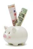 Piggy Querneigung und Hauptweltbargeld Lizenzfreie Stockfotos