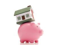 Piggy Querneigung und Haus Stockfoto