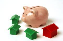 Piggy Querneigung und Haus Lizenzfreie Stockbilder