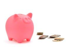 Piggy Querneigung und japanische Münze. Lizenzfreie Stockfotografie