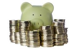 Piggy Querneigung und Münzen Lizenzfreies Stockfoto