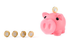 Piggy Querneigung und Münzen Stockfotos