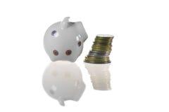 Piggy-Querneigung und Münzen Lizenzfreies Stockfoto