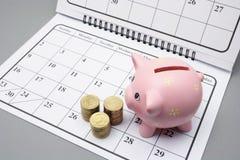 Piggy Querneigung und Münzen Lizenzfreies Stockbild