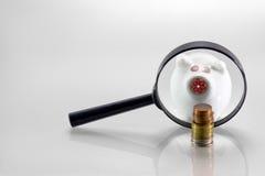 Piggy-Querneigung und Münzen Stockbild