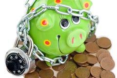 Piggy Querneigung und Pennys Lizenzfreie Stockfotos