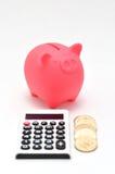 Piggy Querneigung und Rechner und japanische Münze. Lizenzfreies Stockbild