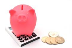Piggy Querneigung und Rechner und japanische Münze. Stockbild