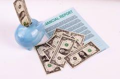 Piggy Querneigung und Rechnungen - Finanzierung Stockfotografie