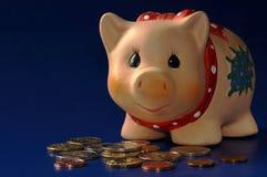 Piggy Querneigung und Stapel von Euro Lizenzfreie Stockbilder