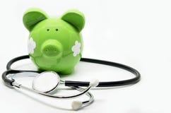 Piggy Querneigung und Stethoskop Lizenzfreie Stockbilder