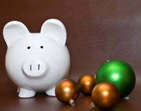 Piggy Querneigung und Weihnachtskugeln Stockbild