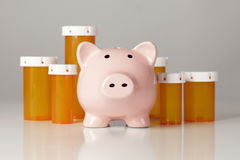 Piggy Querneigung vor einigen Medizin-Flaschen Stockfotografie