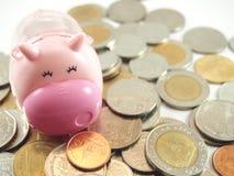 Piggy, räddning och samlade mynt Fotografering för Bildbyråer