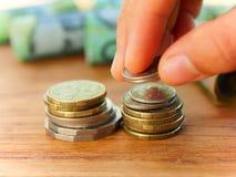 piggy sättande sparande för grupppengar royaltyfri bild